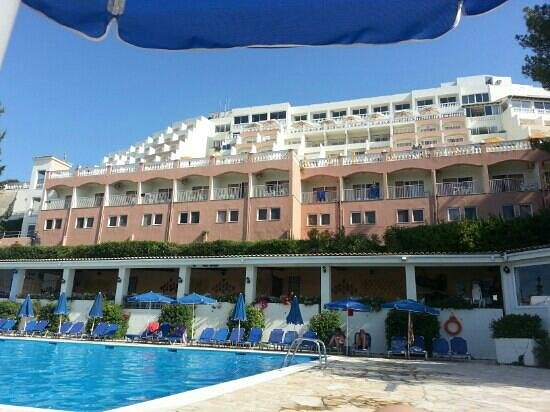 Sunshine Corfu Hotel & Spa : the view of the hotel from in front of Zorbas restaurant