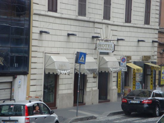 Hotel Stromboli: widok hotelu z okna autobusu na lotnisko