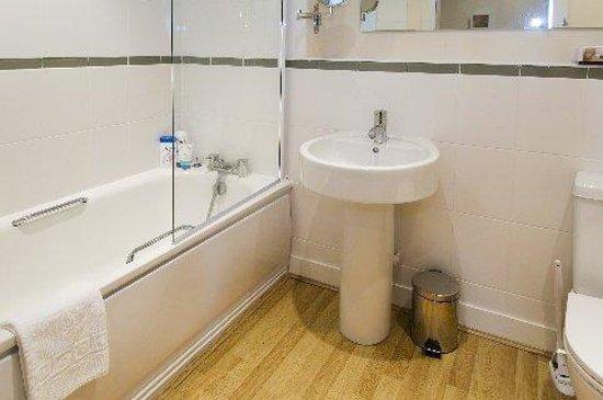 Cheltenham Luxury Apartments: Bathroom