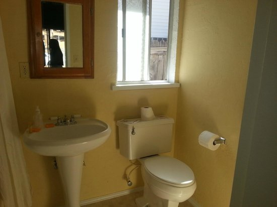Coach N Four Motel: Bathroom remodeled.