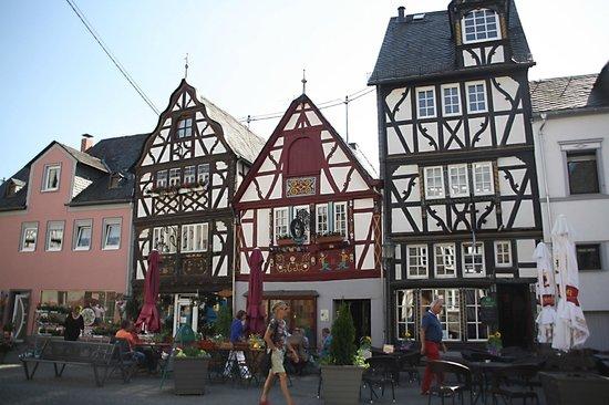 Marktplatz mit Ochsenbrunnen: De markthuizen met de 'Ossenfontijn'.