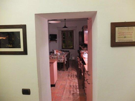 B&B Aquarelle: Вид из комнаты номера на кухню