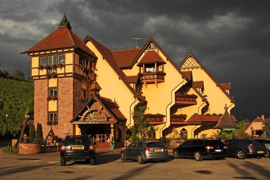 Le Mandelberg: The hotel in the evening sun just before a heavy thunderstorm