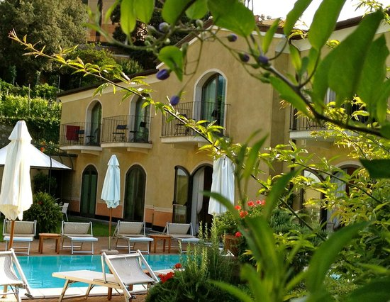 Hotel Villa Agnese: Pool and main building.