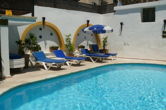 Ferman Residence: little courtyard pool
