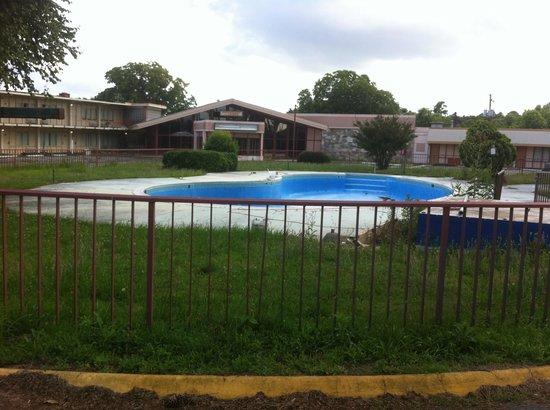 Rodeway Inn: Empty pool
