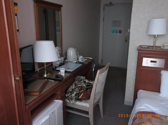 Comfort Hotel Komatsu: 部屋、デスクともに狭し。工夫して使用。