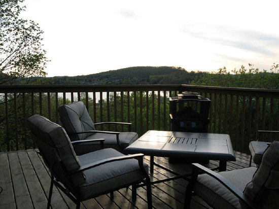 Au Petit Dormeur : View from deck over looking beautiful lake of bays