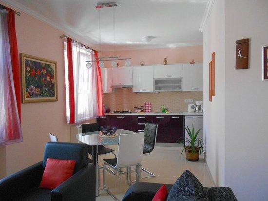 Split Apartments - Peric Hotel: La hermosa cocina con el comedor