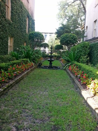 The Gastonian - A Boutique Inn: Garden between the Main House and the second House.