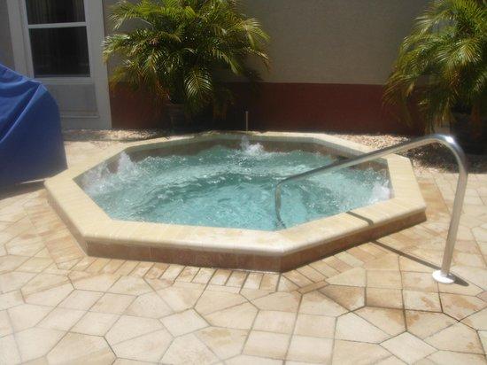 Hampton Inn and Suites Bayside Venice: Whirlpool