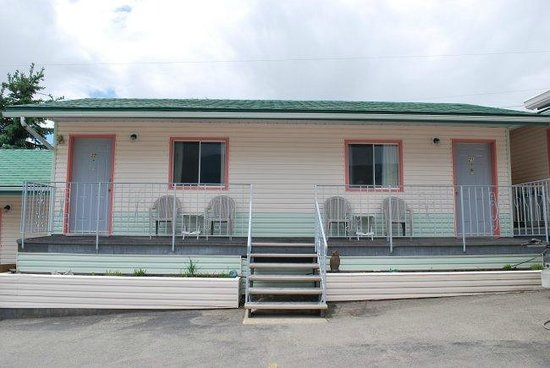 Sunset Motel: Ground floor guest rooms with deck