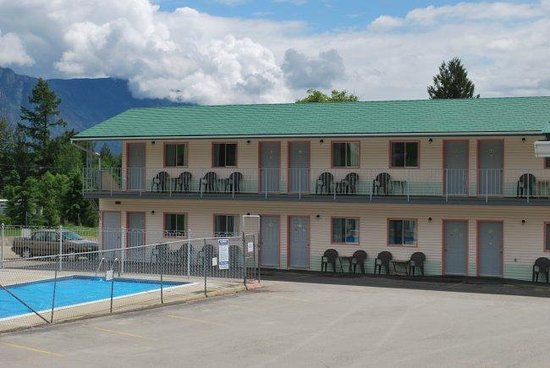Sunset Motel: Two-storey guest rooms overlooking the heated pool