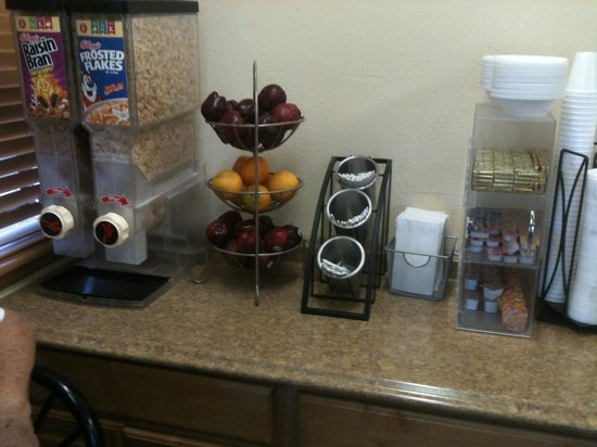 Elko NV Travelodge: Breakfast cereals and fruits