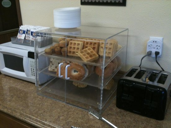 Elko NV Travelodge: Breakfast breads and microwave