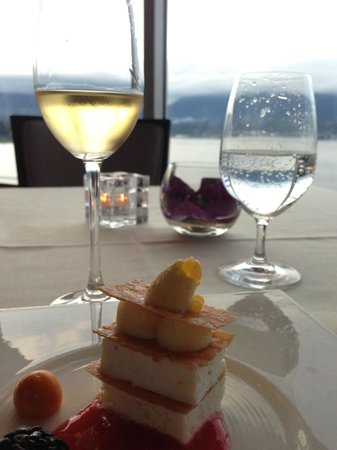 Five Sails Restaurant: Dessert & wine with a view!