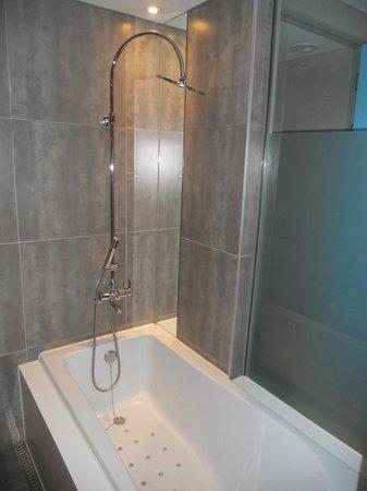 Hotel The Designers Samseong: bath/shower