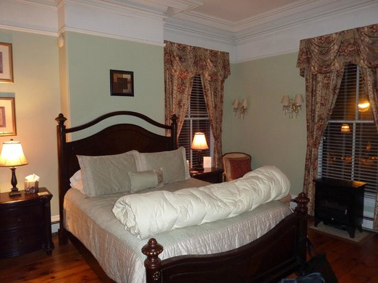 Inn On Carleton: Our corner bedroom