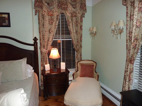 Inn On Carleton: Loved relaxing in the chaise lounge