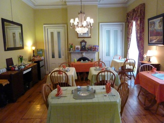 Inn On Carleton: Breakfast room (cheery)