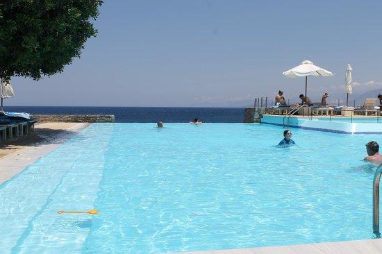 St. Nicolas Bay Resort Hotel & Villas: Infinity pool
