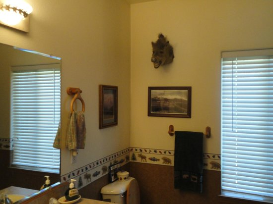 Alaska's Harvest B&B: This bath is shared by 2 rooms