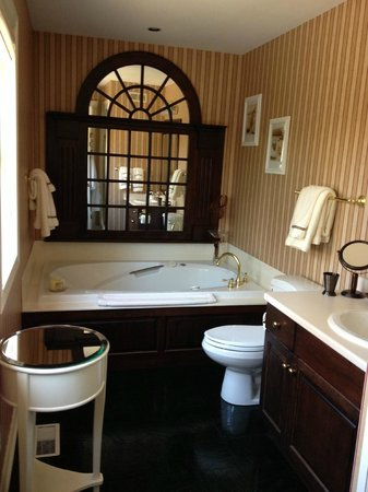 Victoria Gables Bed & Breakfast: Magnolia Room - Bathroom