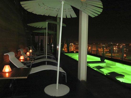 Romeo Hotel: piscina de noche