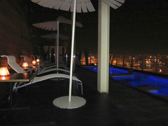 โรงแรมโรมิโอ: piscina de noche cambia de colores