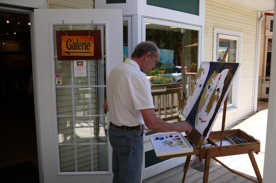 Sutton, Kanada: an artist working at one of the galleries