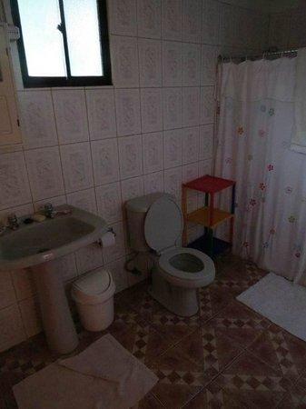 Hostal Chez Oscar: Banheiro do meu quarto