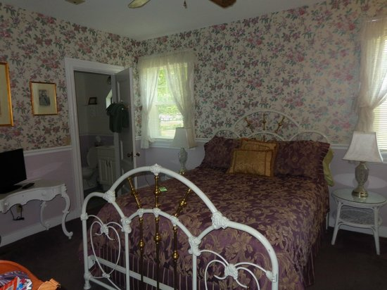 Anne's White Columns Inn: our room