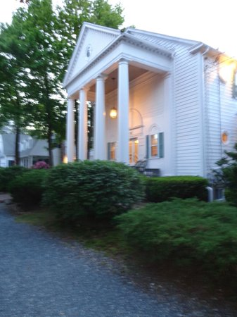 Anne's White Columns Inn: entrance