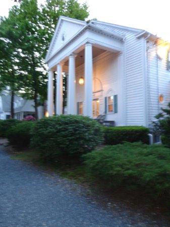 Anne's White Columns Inn : entrance