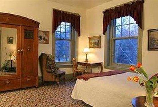 Lafayette Inn: Large Room