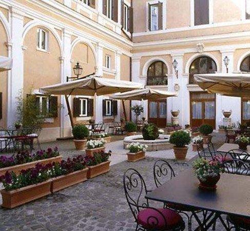 Antico Palazzo Rospigliosi: Courtyard