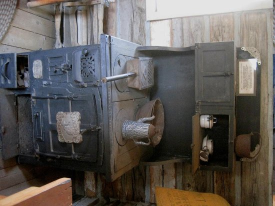 The Kern Valley Museum : Stove in old cabin