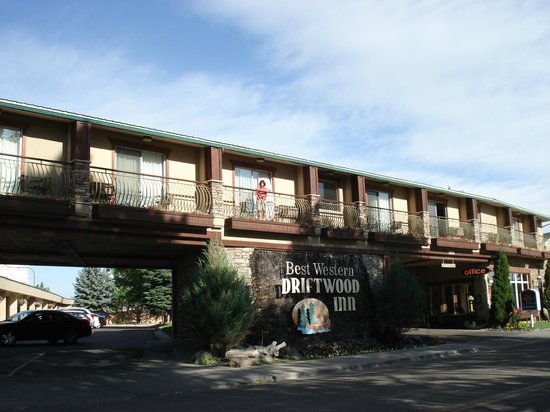 Best Western Driftwood Inn : Hotel viewed from the falls