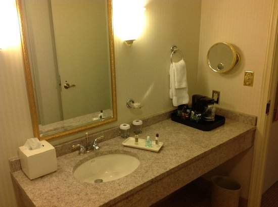 The Berkeley Hotel: Standard Room bathroom