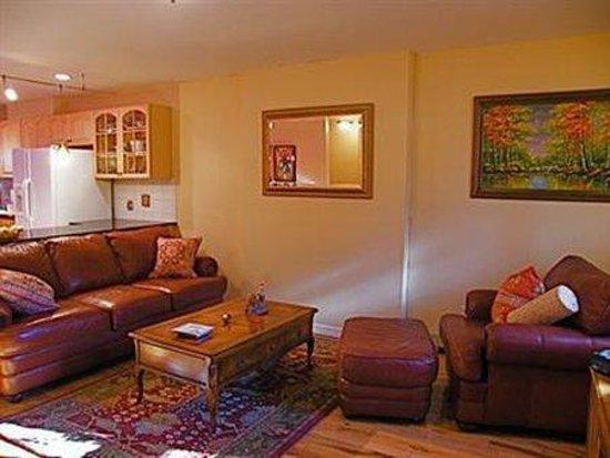 Allie's Inn Bed and Breakfast: Interior Lobby