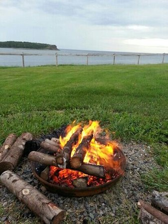 Ocean View Motel & Chalets : Beautiful view and bonfire! :D