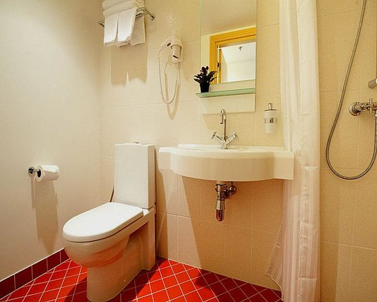 Guest bathroom picture of meriton old town garden hotel for Backyard guest house with bathroom