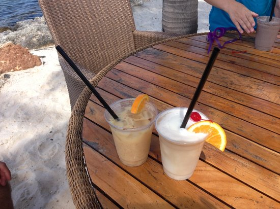 Tranquility Bay Beach House Resort : Drinks from the Tiki bar