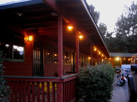 Kernville Inn: Rooms in evening