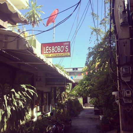 Les Bobo's Backpacker Hostel: Street hostel