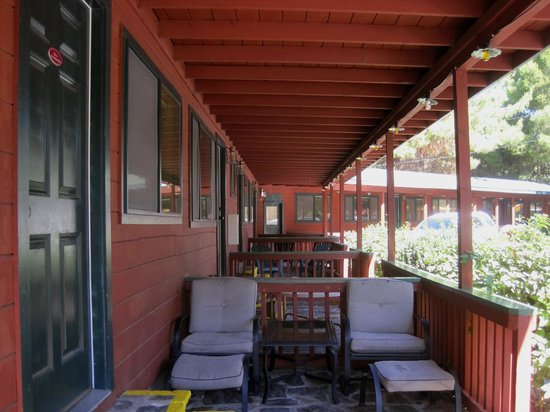 Kernville Inn: Porch area