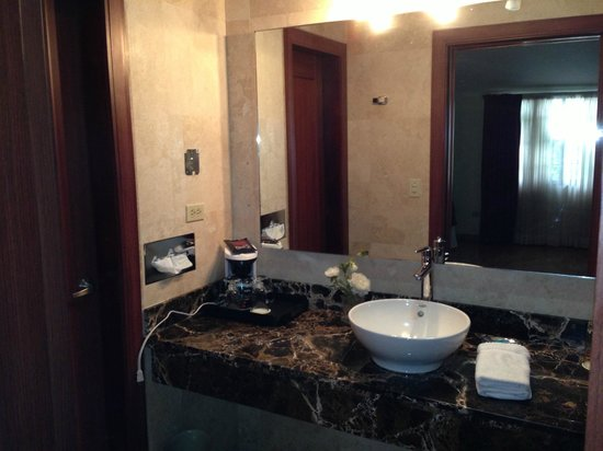 Isabella Boutique Hotel: two-compartment bathroom