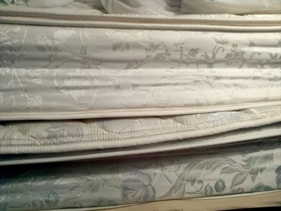 Palisades Resort : cheap thin mattress