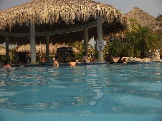 La Ensenada Beach Resort & Convention Center: swim-up bar at main pool