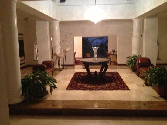 Hotel Boutique Villa Casuarinas: The grand entrance, the rooms surround this centerpiece.